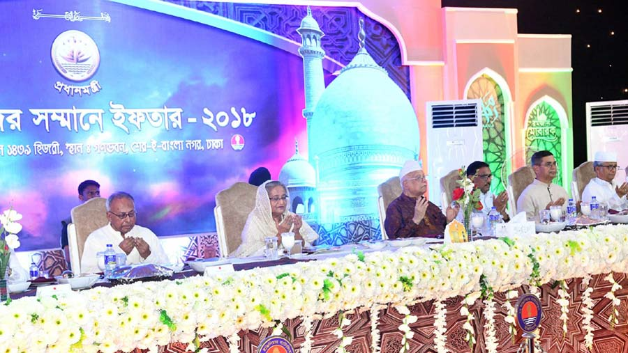 PM hosts Iftar Mahfil for professionals