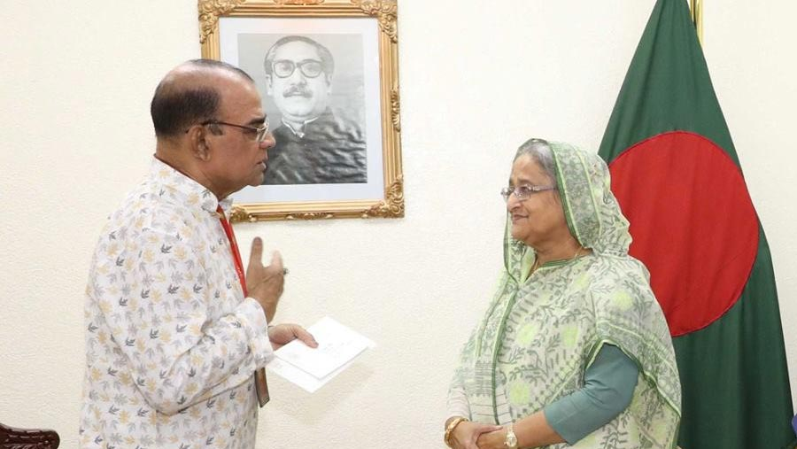 PM stands beside actor Ahmed Sharif