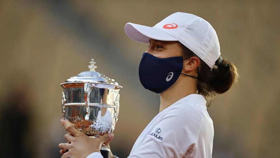 Swiatek beats Kenin to win French Open title