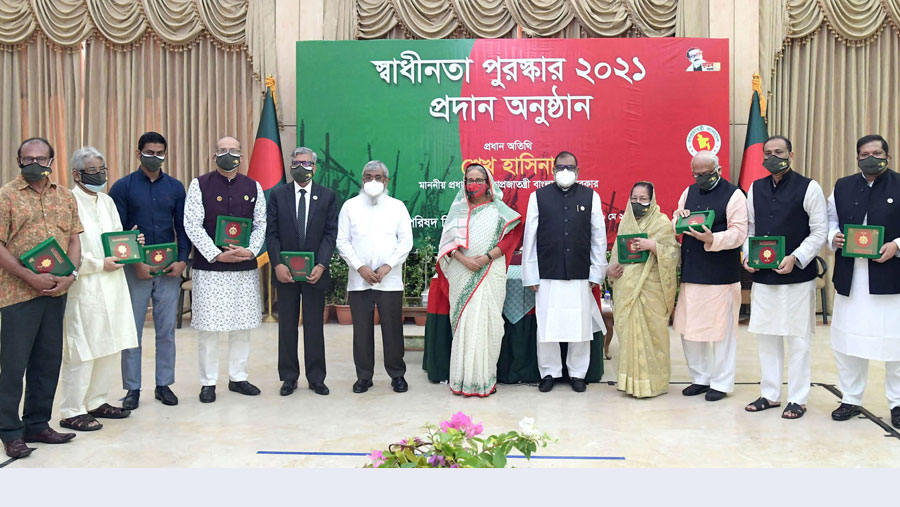PM hands over Independence Award 2021