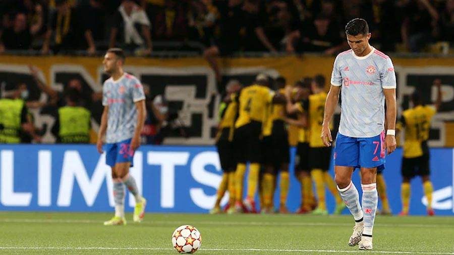 Ronaldo scores but 10-man Man Utd beaten